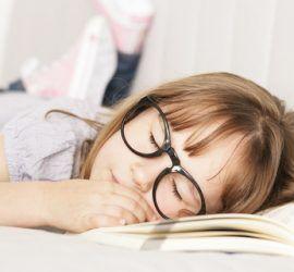 Mädchen beim lesen