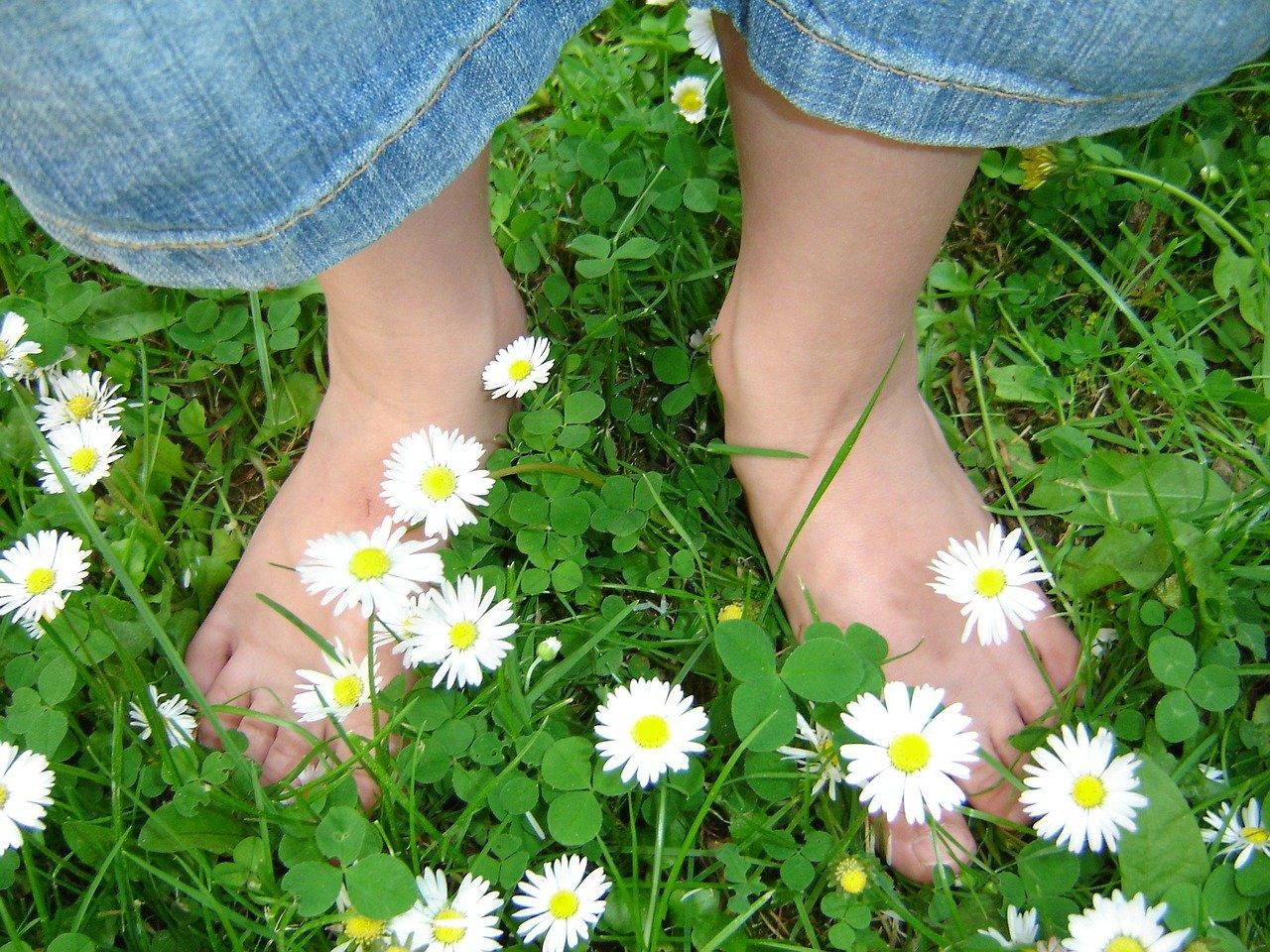 camminare a piedi scalzi